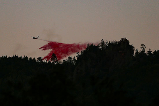 احدى الطائرات تشارك فى إخماد الحرائق بالقرب من كاليستوجا ، كاليفورنيا