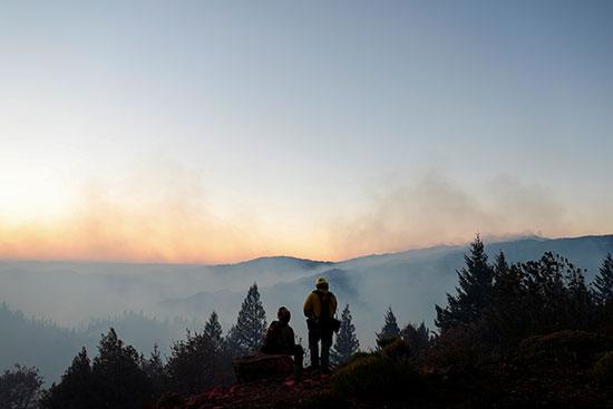 رجال الإطفاء ومتابعة إخماد الحرائق