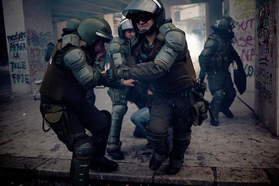 ضباط الشرطة التشيلية يلقون القبض على متظاهر، كونسيبسيون ، تشيلي