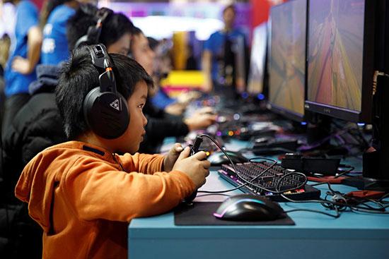 طفل يشارك فى معرض باريس