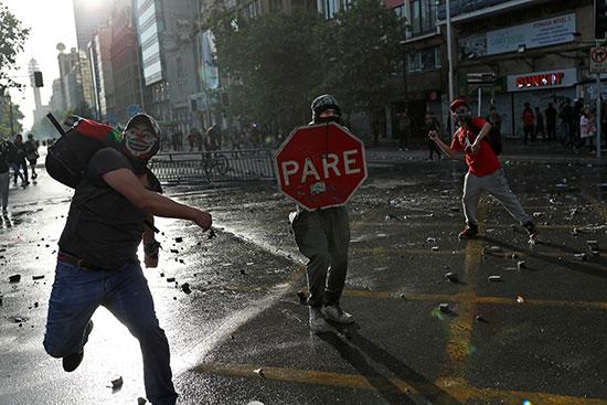 المحتجون يواجهون الامن فى سانتياغو