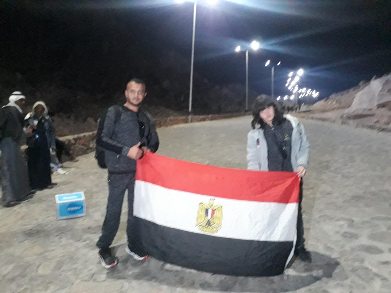 نجاح أول طفل معاق فى تسلق جبل موسى للترويج للسياحة البيئية  (2)
