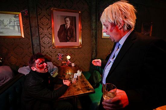 بريطانيون ارتدوا قناع جونسون للاحتفال بالهالووين