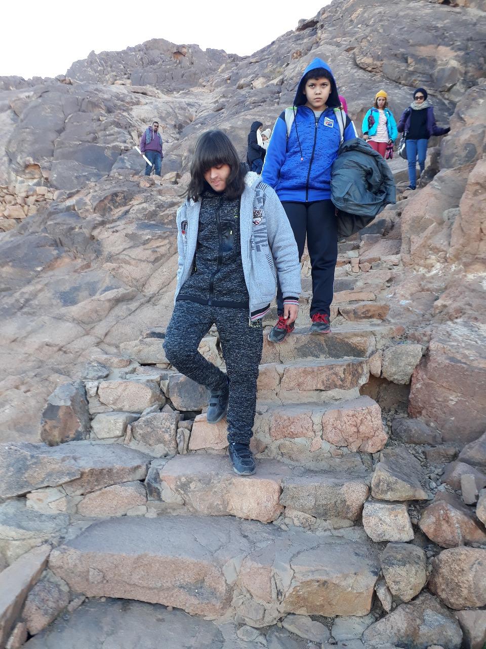نجاح أول طفل معاق فى تسلق جبل موسى للترويج للسياحة البيئية  (4)