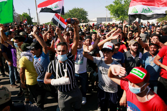 المتظاهرين يحتشدون