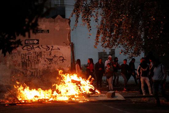 المتظاهرين يشعلون القمامة