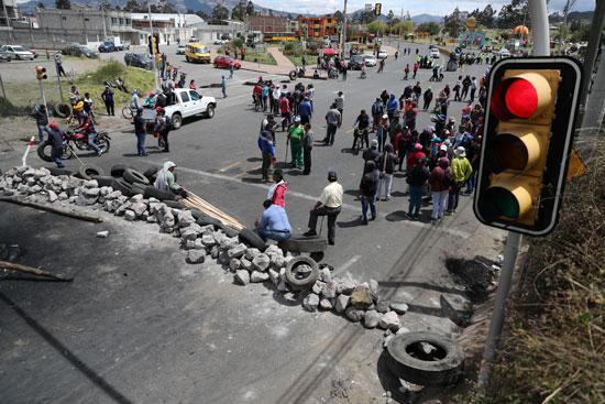 المتظاهرين يغلقون الطريق