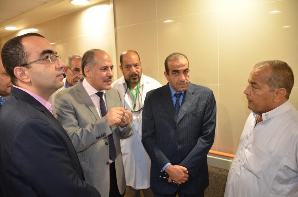 4- نائب المحافظ  يلتقى بالمسئولين بالمستشفى