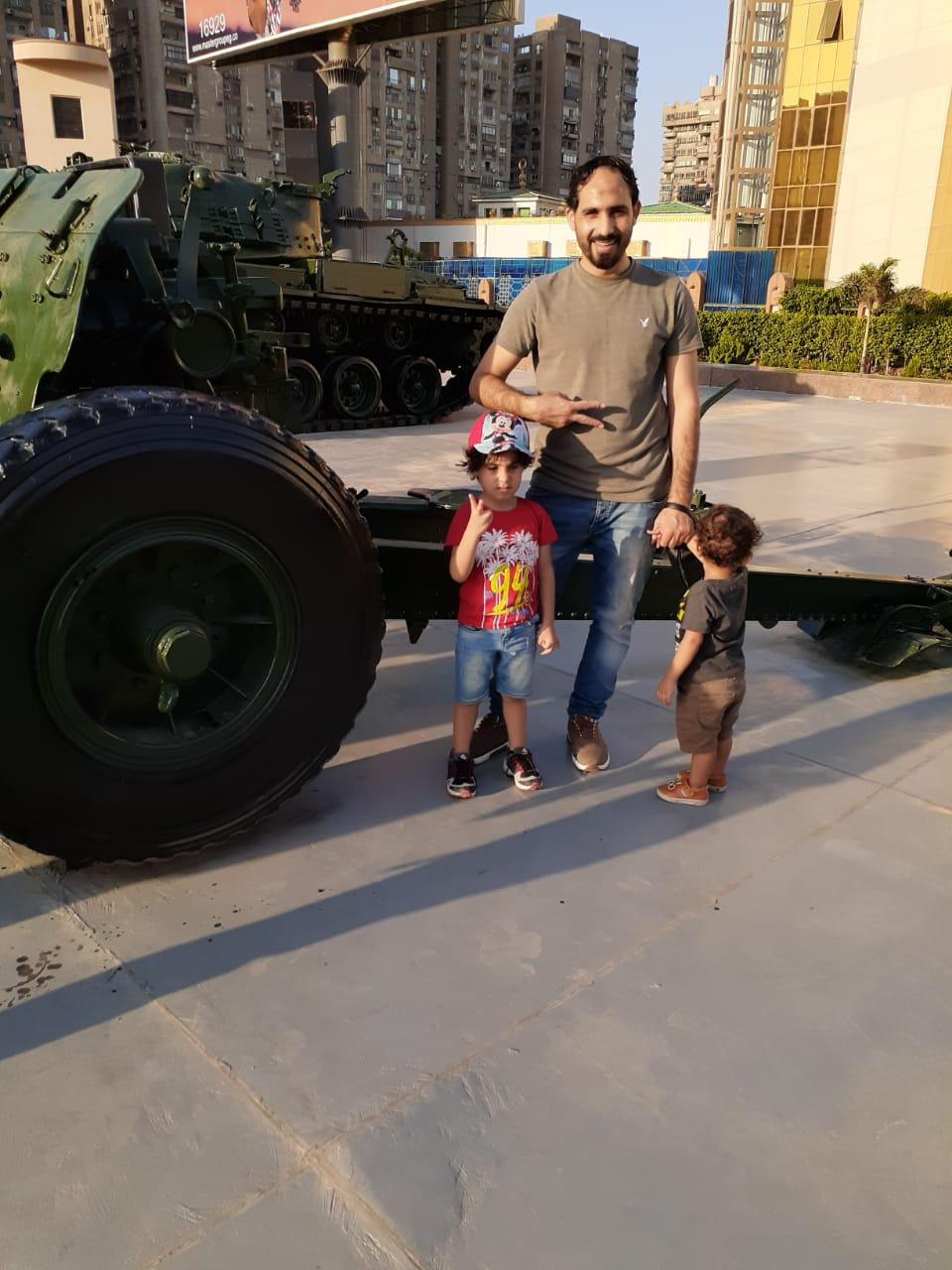 محمود يحتفل مع أطفاله بذكرى النصر فى بانوراما أكتوبر (1)