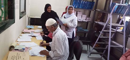 موظفى-الوحدات-الصحية-خلال-تسجيل-المواطنين