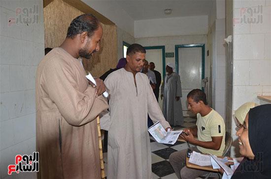 رجال-القرى-والنجوع-أثناء-تقديم-أوراقهم-للمنظومة