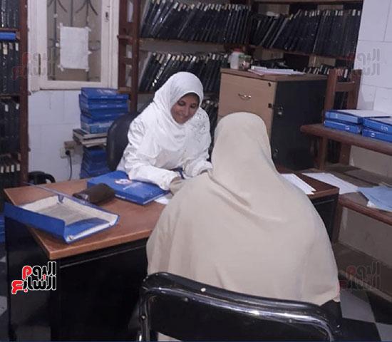 ممرضة-تقدم-توعية-لإحدى-السيدات-بالوحدة-الصحية