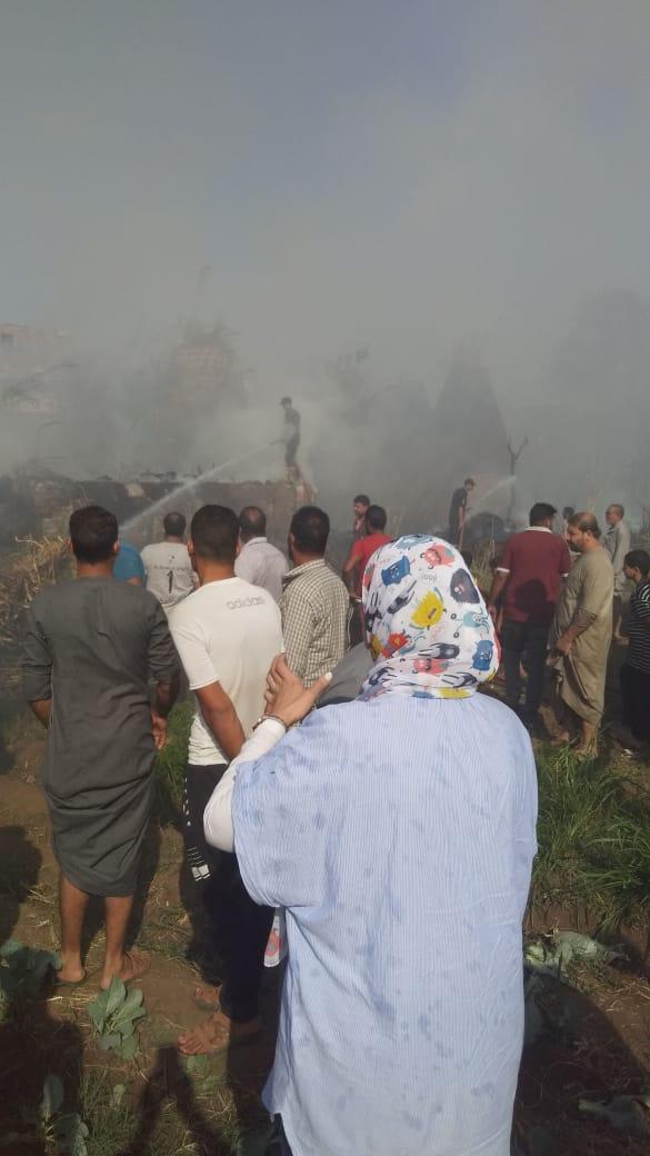 لحظة السيطرة على الحريق بكوم أشفين