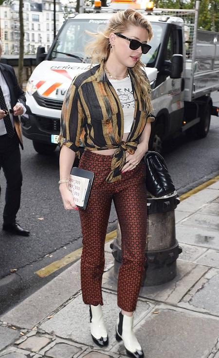الممثلة Amber Heard بحذاء حديث من شانيل