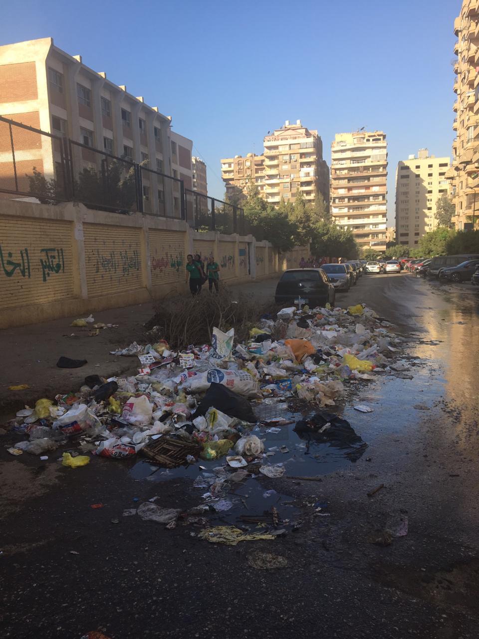 القمامة بطول مدرسة بن النفيس