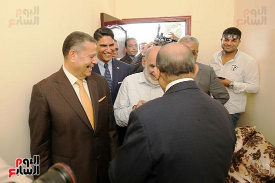 رجل الأعمال أحمد أبو هشيمة خلال افتتاح أعمال تطوير قرية تزمنت الغربية (30)