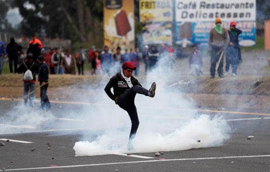 اطلاق الغاز على المتظاهرين