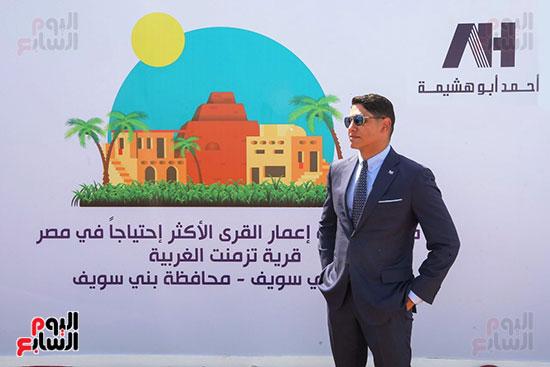 رجل الأعمال أحمد أبو هشيمة خلال افتتاح أعمال تطوير قرية تزمنت الغربية (1)