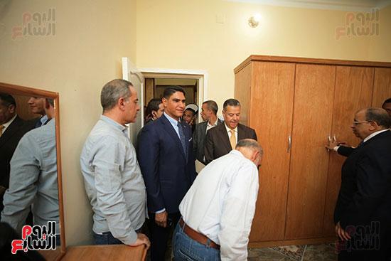 رجل الأعمال أحمد أبو هشيمة خلال افتتاح أعمال تطوير قرية تزمنت الغربية (16)