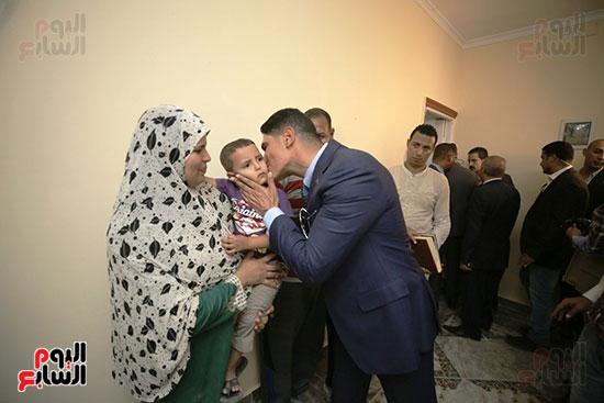 رجل الأعمال أحمد أبو هشيمة خلال افتتاح أعمال تطوير قرية تزمنت الغربية (18)