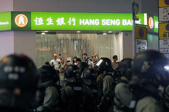 أشخاص يسجلون شرطة مكافحة الشغب يبحثون عن متظاهرين