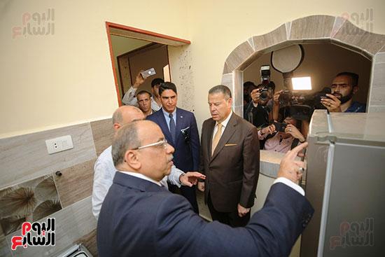 رجل الأعمال أحمد أبو هشيمة خلال افتتاح أعمال تطوير قرية تزمنت الغربية (4)
