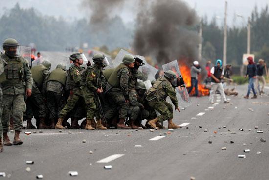 الأمن يواجه المتظاهرين
