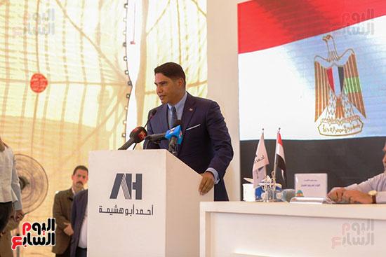 رجل الأعمال أحمد أبو هشيمة خلال افتتاح أعمال تطوير قرية تزمنت الغربية (14)