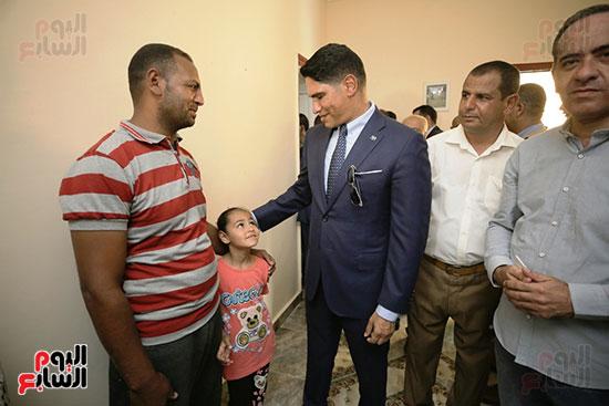 رجل الأعمال أحمد أبو هشيمة خلال افتتاح أعمال تطوير قرية تزمنت الغربية (8)