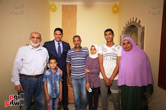 رجل الأعمال أحمد أبو هشيمة خلال افتتاح أعمال تطوير قرية تزمنت الغربية (7)