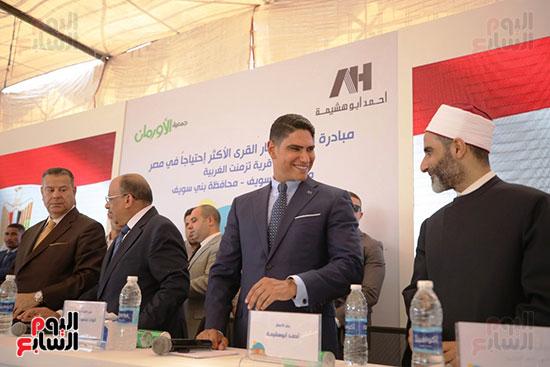 رجل الأعمال أحمد أبو هشيمة خلال افتتاح أعمال تطوير قرية تزمنت الغربية (6)
