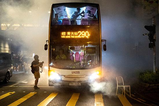 حافلة عامة بين الغاز المسيل للدموع
