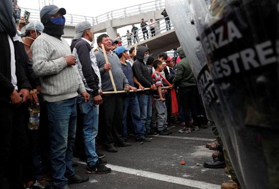 قوات الأمن تمنع المتظاهرين من التقدم