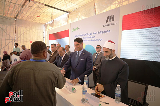 رجل الأعمال أحمد أبو هشيمة خلال افتتاح أعمال تطوير قرية تزمنت الغربية (5)