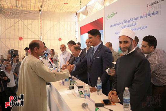 رجل الأعمال أحمد أبو هشيمة خلال افتتاح أعمال تطوير قرية تزمنت الغربية (11)