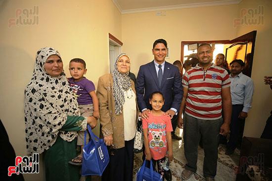 رجل الأعمال أحمد أبو هشيمة خلال افتتاح أعمال تطوير قرية تزمنت الغربية (26)