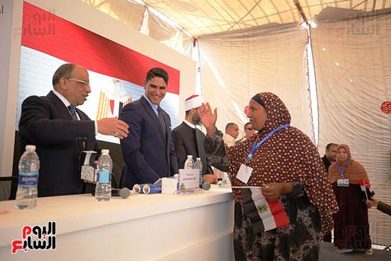 رجل الأعمال أحمد أبو هشيمة خلال افتتاح أعمال تطوير قرية تزمنت الغربية (29)