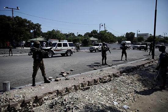 ضباط في وحدة الأمن العام في القصر الوطني (USGPN) يؤمنون شارعًا
