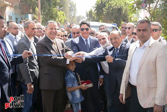 رجل الأعمال أحمد أبو هشيمة خلال افتتاح أعمال تطوير قرية تزمنت الغربية (22)