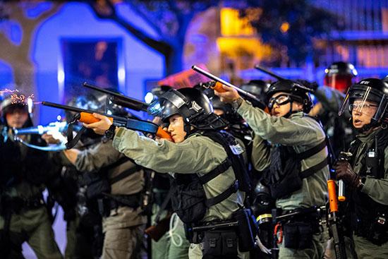 ضباط شرطة مكافحة الشغب يطلقون الرصاص المطاطي