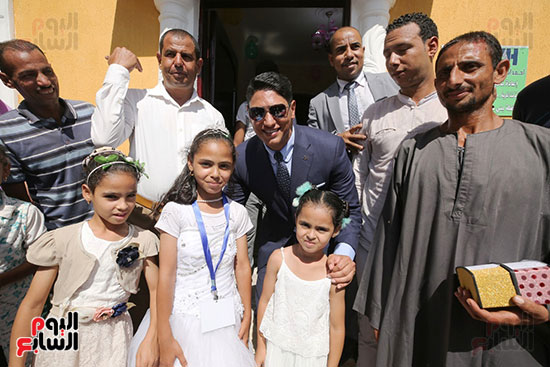 رجل الأعمال أحمد أبو هشيمة خلال افتتاح أعمال تطوير قرية تزمنت الغربية (17)