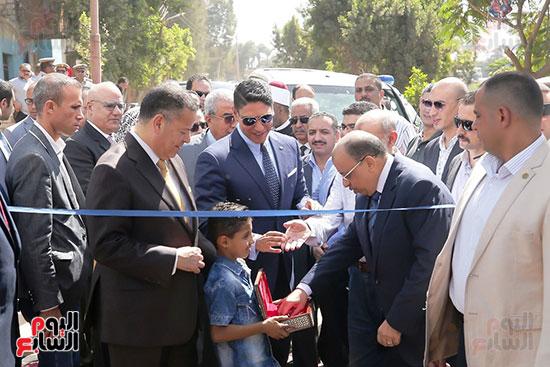 رجل الأعمال أحمد أبو هشيمة خلال افتتاح أعمال تطوير قرية تزمنت الغربية (24)