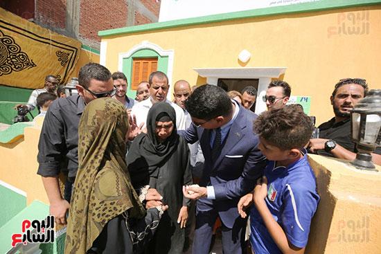 رجل الأعمال أحمد أبو هشيمة خلال افتتاح أعمال تطوير قرية تزمنت الغربية (3)