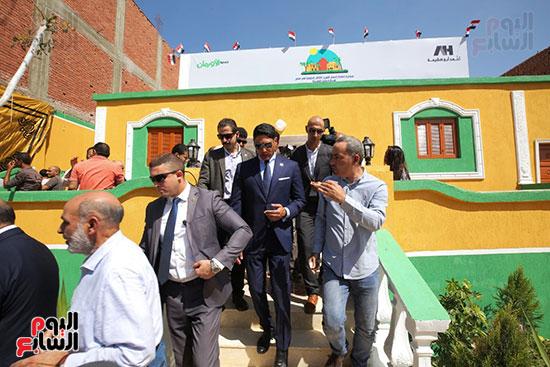 رجل الأعمال أحمد أبو هشيمة خلال افتتاح أعمال تطوير قرية تزمنت الغربية (31)