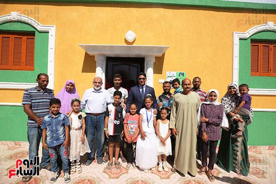 رجل الأعمال أحمد أبو هشيمة خلال افتتاح أعمال تطوير قرية تزمنت الغربية (19)