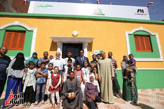 رجل الأعمال أحمد أبو هشيمة خلال افتتاح أعمال تطوير قرية تزمنت الغربية (20)