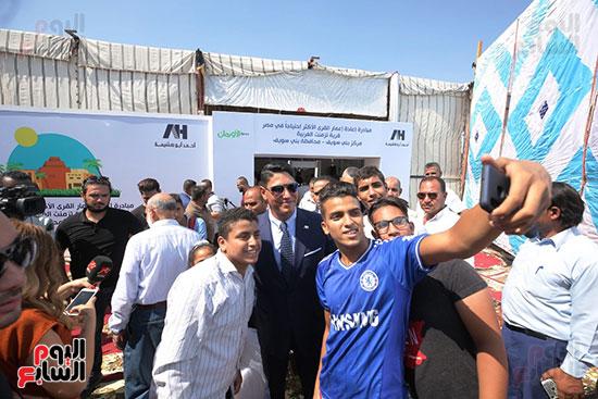 رجل الأعمال أحمد أبو هشيمة خلال افتتاح أعمال تطوير قرية تزمنت الغربية (32)