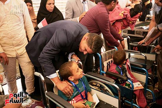 رجل الأعمال أحمد أبو هشيمة خلال افتتاح أعمال تطوير قرية تزمنت الغربية (27)