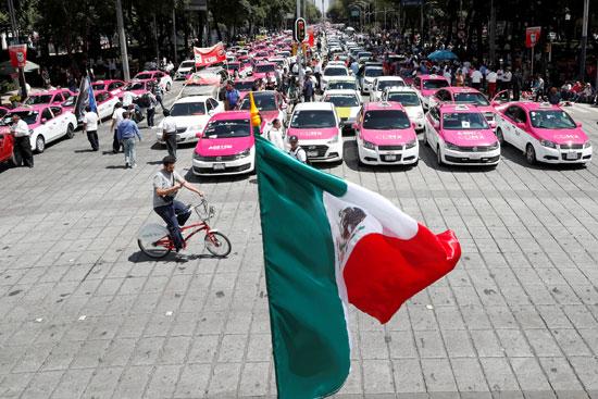 علم المكسيك يرفرف وسط الاحتجاجات