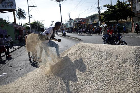 متظاهر يجرف الرمال